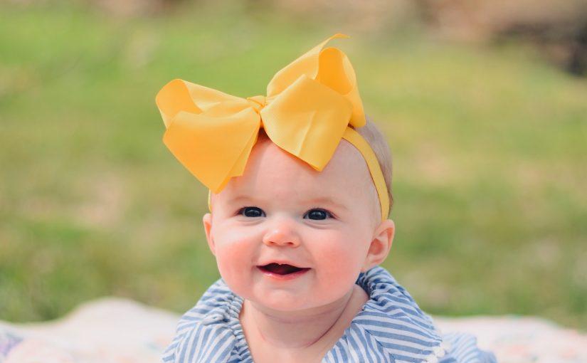 Colocar fitas no cabelo de bebês pode causar doenças, afirma médico