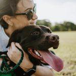 Nunca se apaixone por uma mulher que ama cães, entenda os motivos
