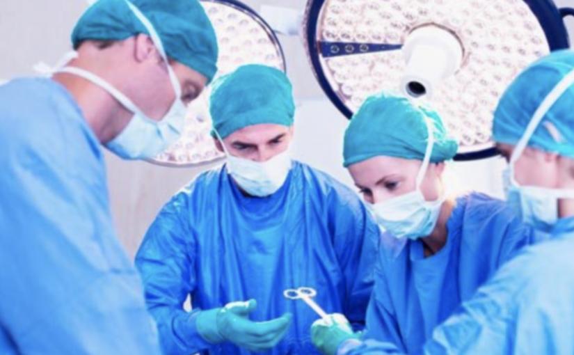 Os médicos utilizam roupas verdes ou azuis nas salas de cirurgia por estes motivos