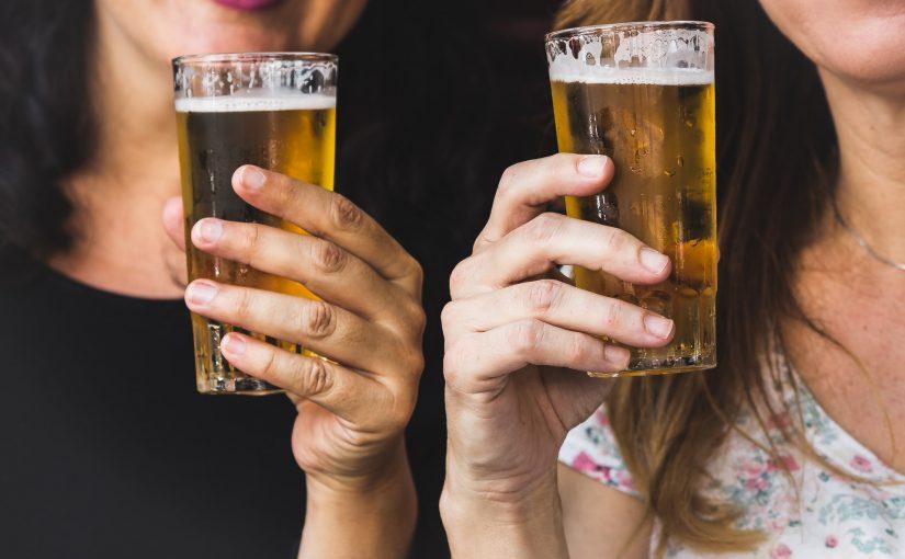 Tomar café ou uma cervejinha com amigas ajuda a manter o equilíbrio