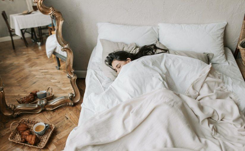 Dormir muito no fim de semana previne diabetes, pressão alta e doença cardíaca