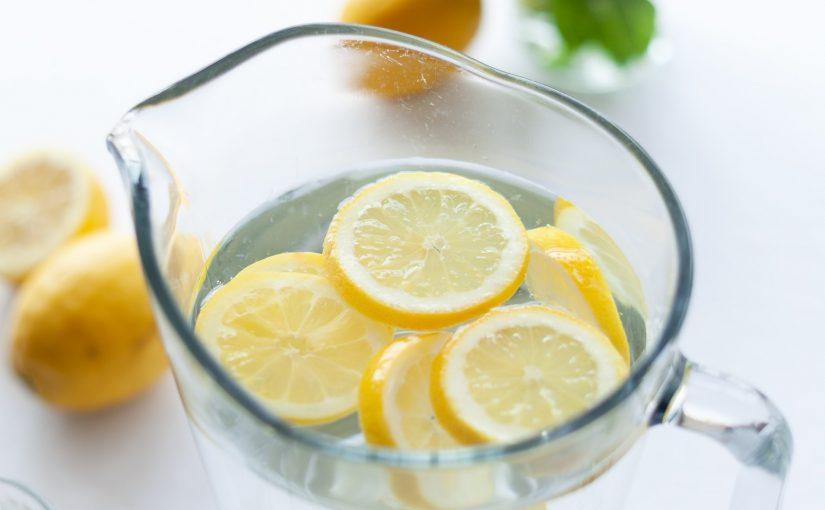 Isto é o que acontece no corpo quando se bebe água com limão em jejum
