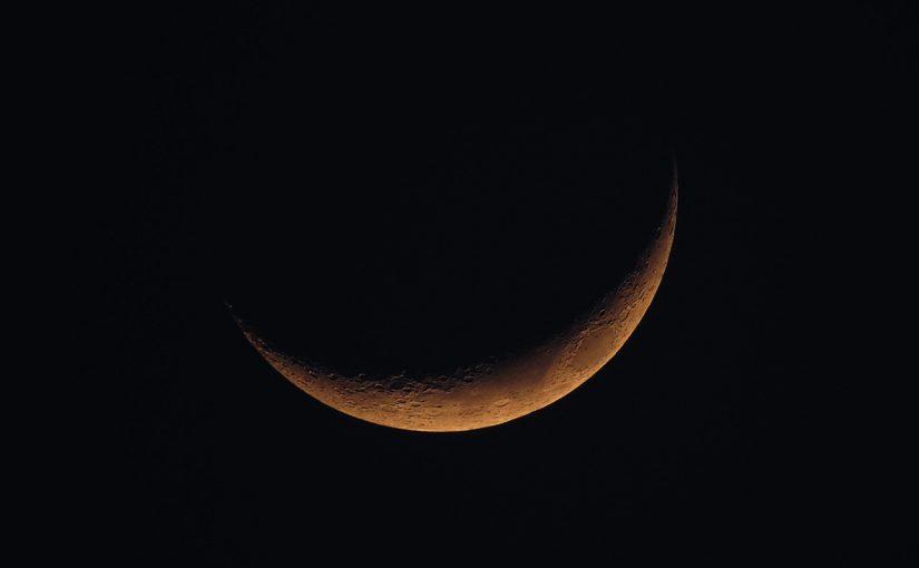 Aproveite o poder da lua nova com essas três práticas lunares