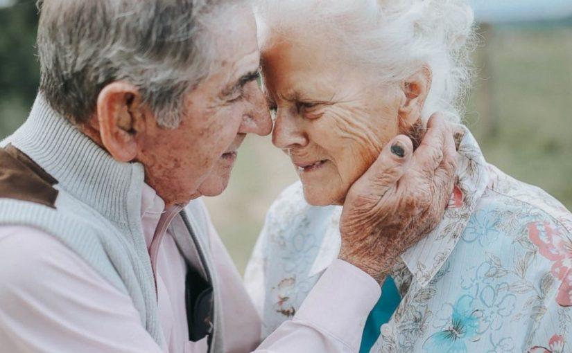 A sessão de fotos do 68º aniversário de casamento deste casal vai fazer você chorar