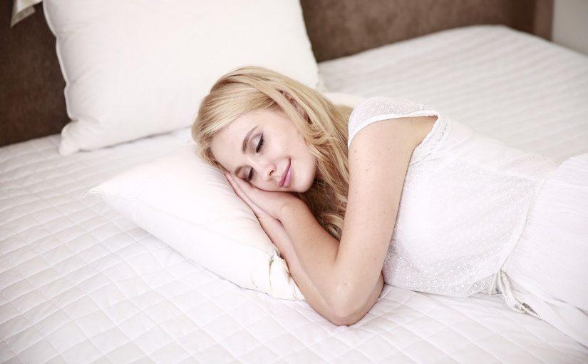 Descubra qual a melhor posição para dormir, segundo a ciência