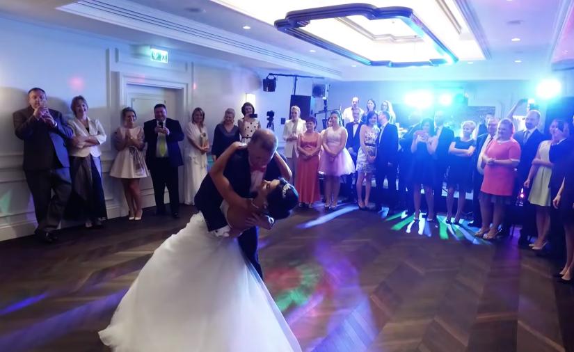 Esse casal apresenta valsa como primeira dança de casamento, todos ficaram de boca aberta