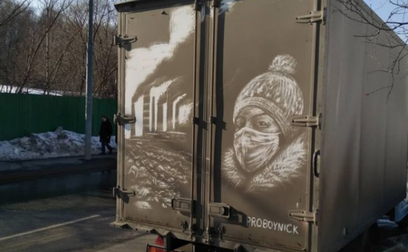 Homem talentoso desenha belas cenas em veículos sujos