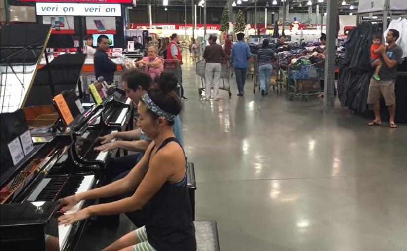 Garota vai escolher piano em loja, improvisa música e deixa a todos de boca aberta