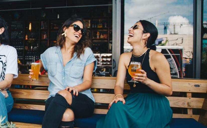 Pessoas do signo Gêmeos são sociáveis e adoram beber com os amigos