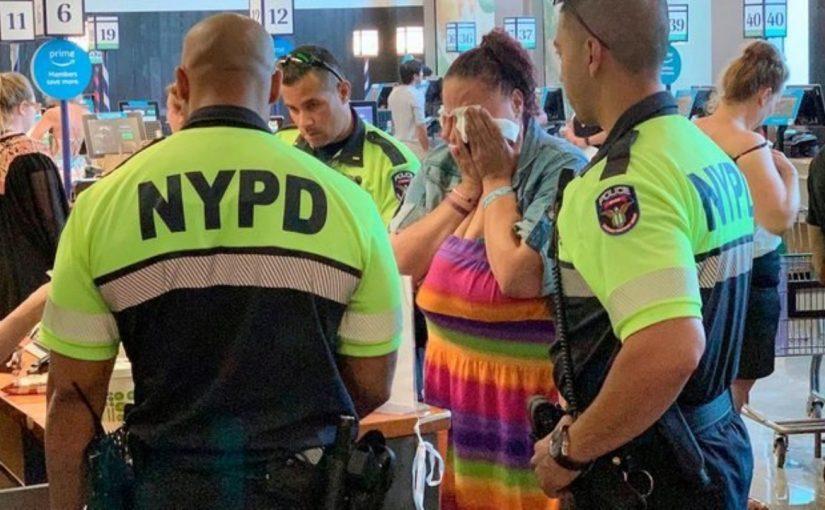 Policiais são chamados para prender mulher por furto em mercearia, mas algo extraordinário acontece