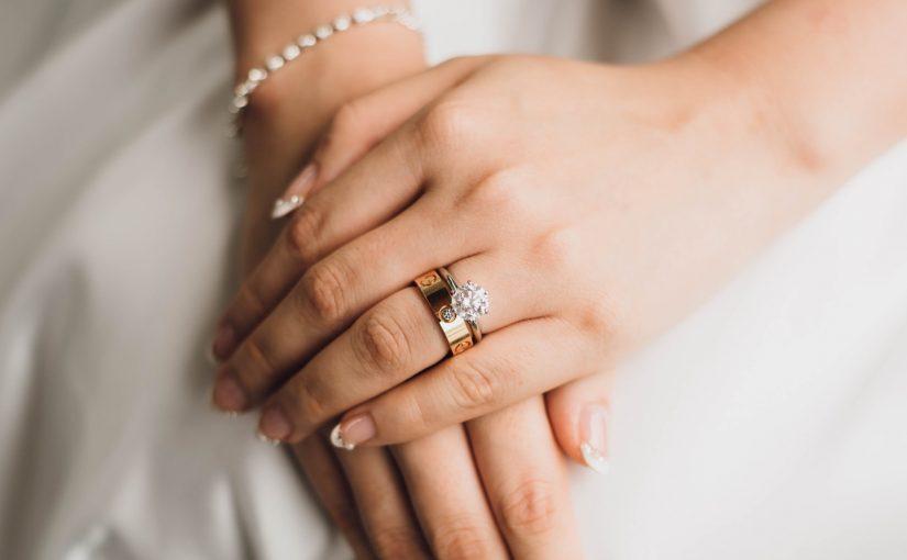 Sogros querem que viúva devolva aliança de casamento após seis meses da morte do marido